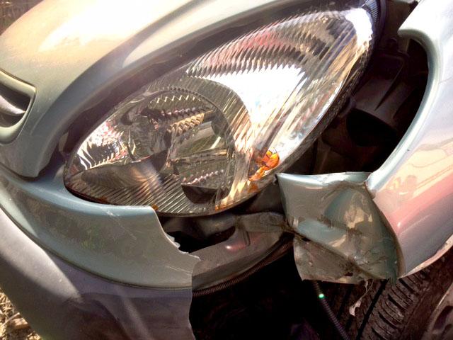 phare de voiture et carrosserie de voiture à réparer